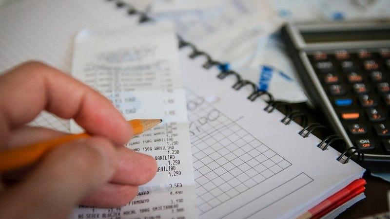 Rechnung, Taschenrechner, Einnahmen-Überschuss-Rechnung, EÜR, Selbstständig Gewinn ermitteln